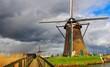 オランダの風車と嵐の接近