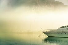 Puerto De Costa Con Niebla 12