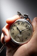 シルバーの懐中時計を持つ手