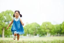 公園内での広場で走る女の子