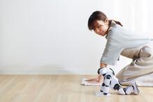 ロボットと雑巾掛けをする女性