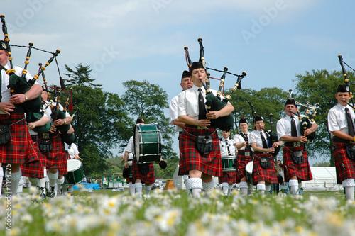 scottish band marching on grass Fotobehang