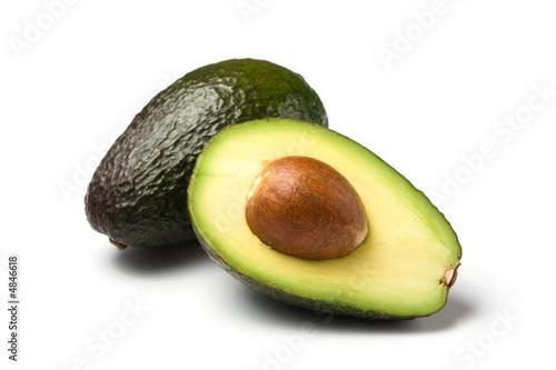 Foto ganze und halbe avocado isoliert auf weiss