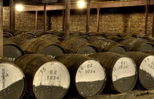 Whiskyfässer in einem Lagerhaus Fototapete