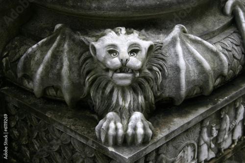 gargoyle statue on pillar Fototapet