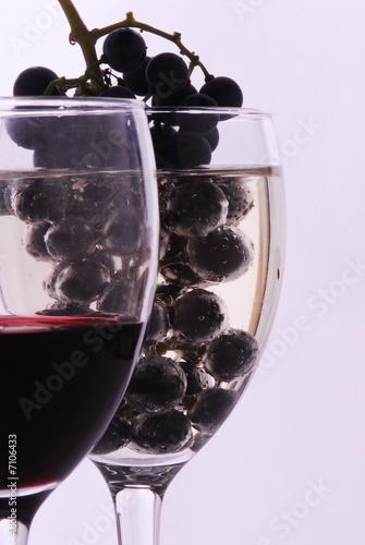 Leinwand Poster Bicchieri di vino con grappli