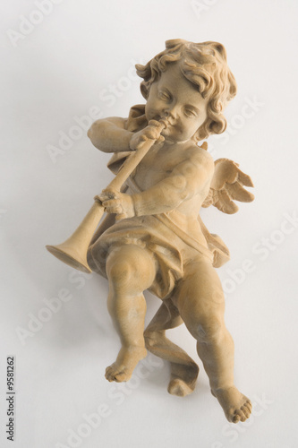 Foto Carved wooden Xmas tree ornament:  cherub playing horn