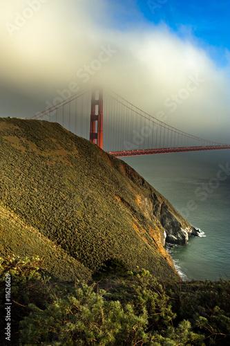 Fotografía Golden Gate bridge through the fog