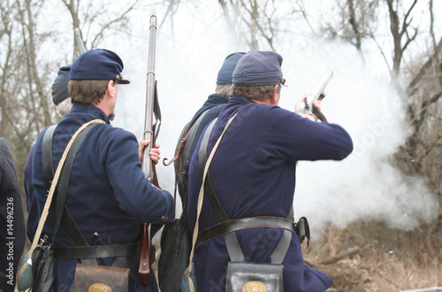 Foto Union Soldiers Firing  At Confederate Civil War Rebels