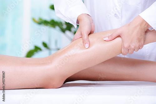 Carta da parati Massaging of the human leg
