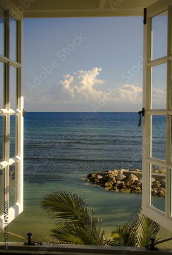 Fototapeta Widok z okna na ocean wysoka