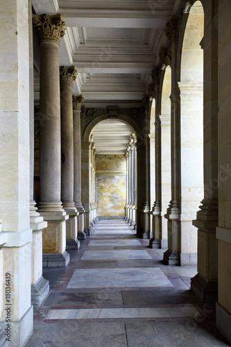 Tela Colonnade