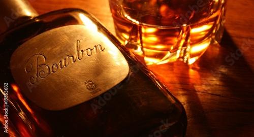 Fotografia bourbon, whisky, whiskey, alcool, bouteille,verre ,ambre