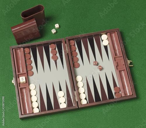 Tela backgammon game on green background