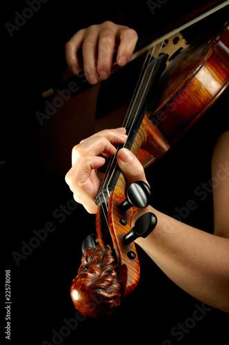 Fototapeta premium Muzyk bawić się skrzypce odizolowywającego na czerni.