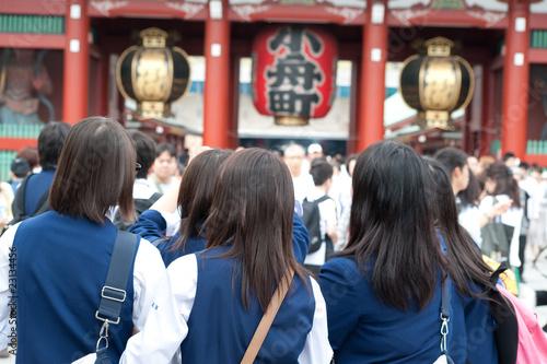 浅草寺の修学旅行生