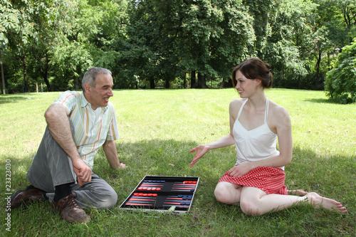 Valokuvatapetti Ein Mann und eine junge Frau spielen Backgammon