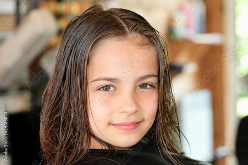 Tela fillette au salon de coiffure