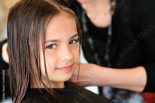 Obraz na płótnie fillette au salon de coiffure