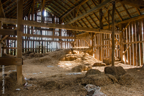 Carta da parati Old barn full of hay