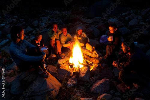 People near campfire in forest. Fototapet