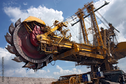 Photo huge coal mining coal machine under cloudy sky