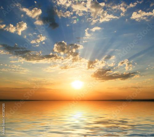 zachód słońca na wybrzeżu morza