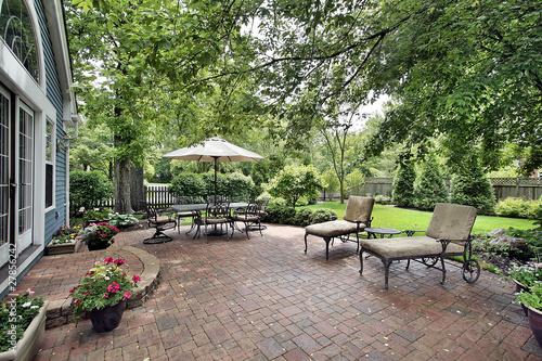 Fotografía Brick patio of suburban home