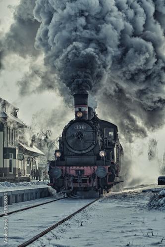 Fototapeta premium Lokomotywa parowa w śniegu - stacja kolejowa