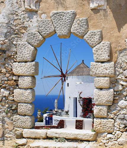 Fototapeta Widok z okna na wiatrak na wyspie Santorini, Grecja na zamówienie