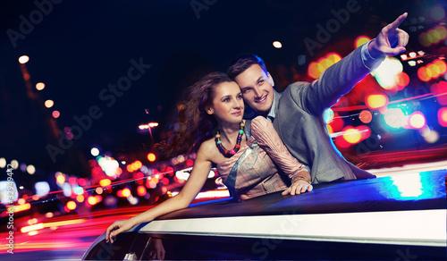 Fotografia Elegant couple traveling a limousine at night