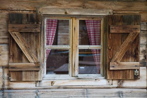 Fototapeta Okno chaty górskiej w Południowym Tyrolu na ścianę