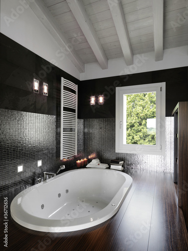 Fotografía bagno moderno con vasca da incasso in mansarda