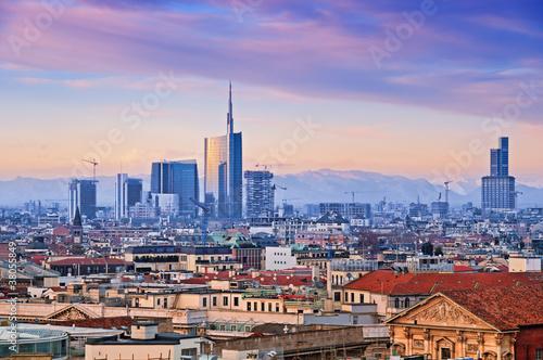"""Fototapeta premium Widok dzielnicy biznesowej Mediolanu z """"Duomo di Milano""""."""