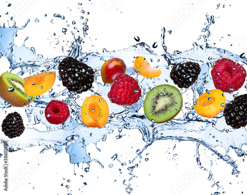 Świeże owoc w wodnym pluśnięciu, odosobnionym na białym tle