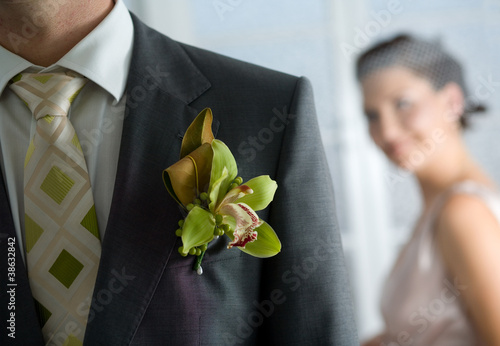 Photographie Husband with corsage and Bride behind