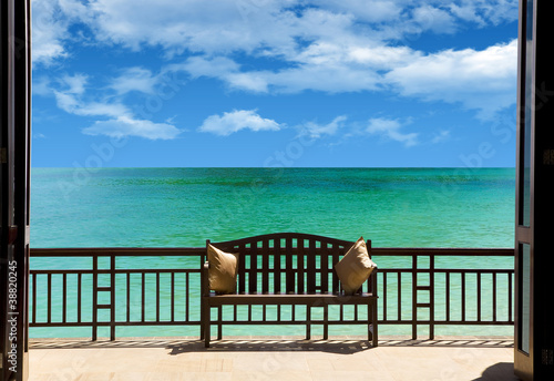 Fototapeta Widok z okna na taras nad morzem do pokoju