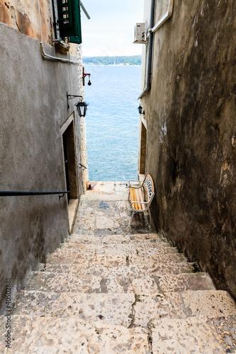Fototapeta premium Wąskie schody do morza w Rovinj, Chorwacja