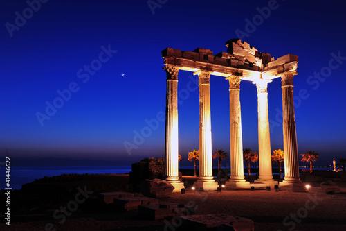 Fototapeta premium ruiny świątyni apollina, boczna, antalya