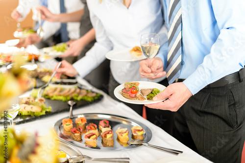 Photographie Les gens d'affaires prennent des apéritifs au buffet