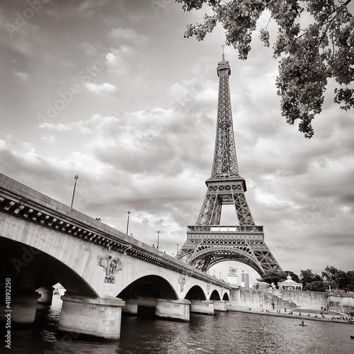 Naklejki na meble Widok Wieży Eiffla z Seine River Square
