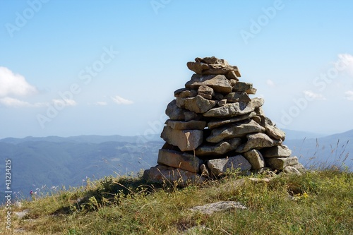 Foto Hiking cairn marking a trail in mountain