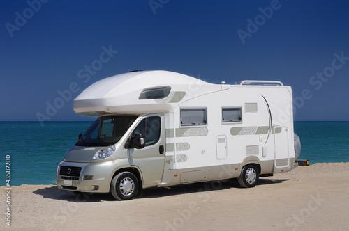 Camper in sosta sulla spiaggia Fototapet