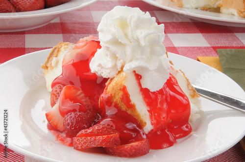 Closeup of strawberry shortcake on a picnic table Tapéta, Fotótapéta