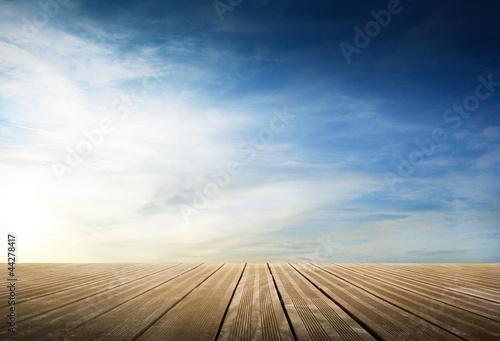 Fotografia passerella di legno con cielo