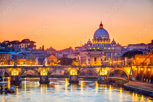 Fényképezés St. Peter's cathedral at night, Rome