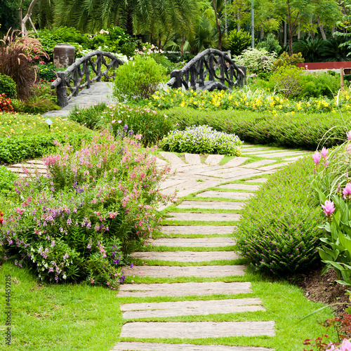 Fototapeta premium Architektura krajobrazu w ogrodzie. Ścieżka w ogrodzie.