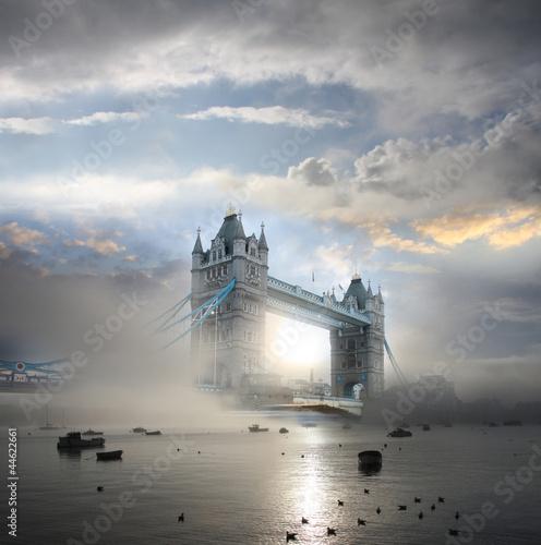 Fototapeta premium Tower Bridge z mgłą w Londynie, w Anglii