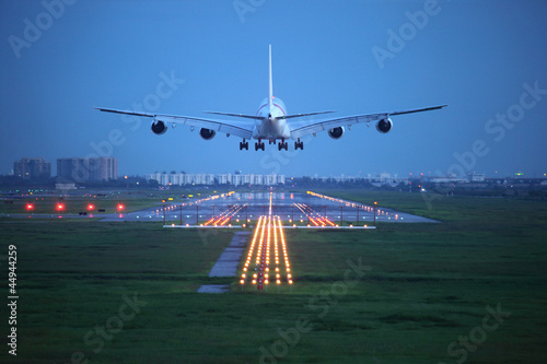 Photo passenger plane fly up over take-off runway from airport