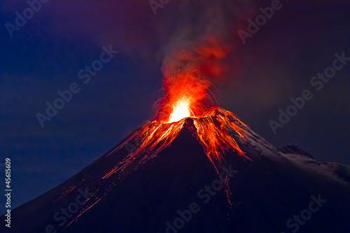 Fotografia Long exposure, Tungurahua volcano with blue skyes